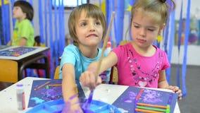 Niños que pintan en la guardería almacen de video