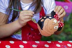 Niños que pintan la cerámica 16 imagen de archivo