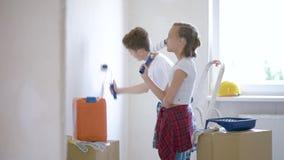 Niños que pintan la pared en sitio almacen de video