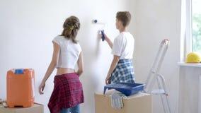 Niños que pintan la pared en sitio almacen de metraje de vídeo