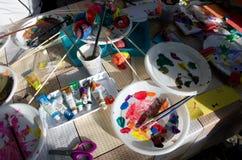 Niños que pintan los huevos, actividad al aire libre Imágenes de archivo libres de regalías