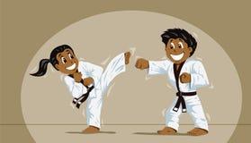 Niños que practican artes marciales Fotografía de archivo libre de regalías