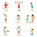Niños que practican diversos deportes y actividades físicas en gimnasio de la clase de la educación física y al aire libre Juego  Imagen de archivo
