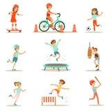 Niños que practican diversos deportes y actividades físicas en gimnasio de la clase de la educación física y al aire libre Juego  Imágenes de archivo libres de regalías
