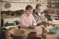 Niños que practican sus habilidades en la fabricación de la cerámica Imágenes de archivo libres de regalías