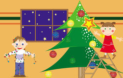 Niños que preparan el árbol de navidad