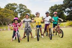 Niños que presentan con las bicis Foto de archivo libre de regalías