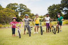 Niños que presentan con las bicis Fotos de archivo libres de regalías
