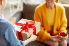 Niños que presentan el regalo para la mamá imagen de archivo
