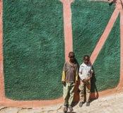 Niños que presentan en alrededores típicos en la ciudad de Jugol Harar etiopía Foto de archivo libre de regalías