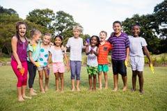 Niños que presentan junto durante un día soleado en la cámara Fotografía de archivo libre de regalías
