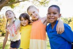 Niños que presentan junto para la cámara Imagen de archivo