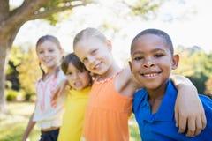 Niños que presentan junto para la cámara Imágenes de archivo libres de regalías