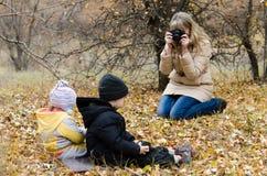 Niños que presentan a la muchacha Imagenes de archivo