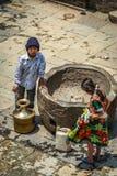 Niños que recogen el agua Fotografía de archivo
