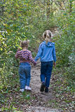 Niños que recorren en el camino. imagen de archivo