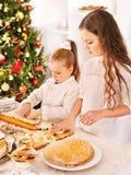 Niños que ruedan la pasta en cocina. Fotografía de archivo