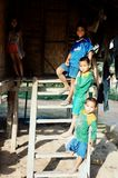 Niños que se alinean en las escaleras de su hogar imagen de archivo