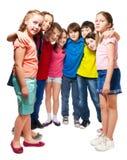 Niños que se colocan en semicírculo Fotos de archivo libres de regalías