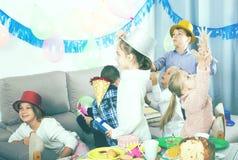Niños que se divierten durante fiesta de cumpleaños de los friend's Foto de archivo libre de regalías