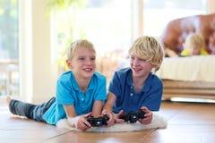 Niños que se divierten en casa Fotos de archivo