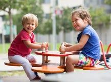Niños que se divierten en el patio Imagen de archivo libre de regalías