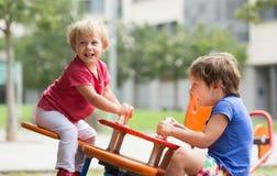 Niños que se divierten en el patio Fotos de archivo libres de regalías