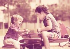 Niños que se divierten en el patio Imágenes de archivo libres de regalías