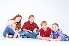 Niños que se divierten en el piso Foto de archivo libre de regalías