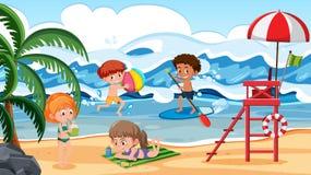 Niños que se divierten en escena de la playa ilustración del vector