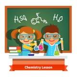 Niños que se divierten en la lección de la química stock de ilustración