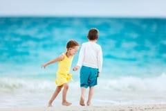 Niños que se divierten en la playa Imagen de archivo libre de regalías