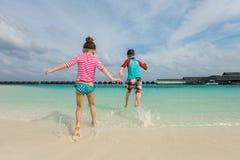 Niños que se divierten en la playa Fotografía de archivo