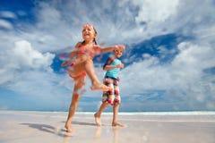 Niños que se divierten en la playa Imagen de archivo