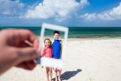Niños que se divierten en la playa Foto de archivo
