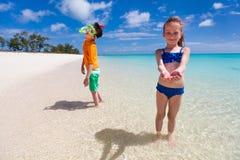 Niños que se divierten en la playa Fotografía de archivo libre de regalías