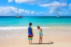 Niños que se divierten en la playa Fotos de archivo