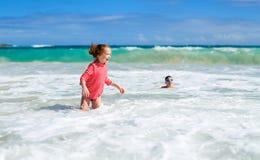 Niños que se divierten en la playa Fotos de archivo libres de regalías