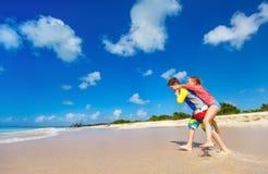 Niños que se divierten en la playa Imágenes de archivo libres de regalías