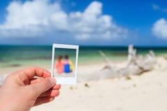 Niños que se divierten en la playa Imagenes de archivo