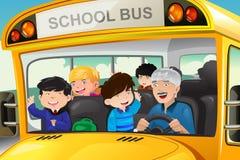Niños que se divierten en un autobús escolar Imágenes de archivo libres de regalías