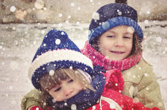 Niños que se divierten en un día de invierno nevoso Fotos de archivo libres de regalías