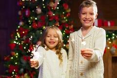 Niños que se divierten en una celebración del ` s del Año Nuevo, celebrando la chispa Imagen de archivo