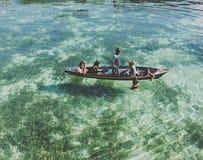 Niños que se divierten hacia fuera debajo del sol en un barco de madera Fotografía de archivo