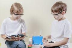 Niños que se preparan para hacer experimentos de la ciencia Concepto de la educación Foto de archivo