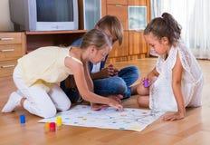 Niños que se sientan en piso con el juego Fotografía de archivo