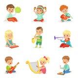 Niños que sientan y que tocan el instrumento musical, sistema para el diseño de la etiqueta Ejemplos coloridos detallados de la h ilustración del vector
