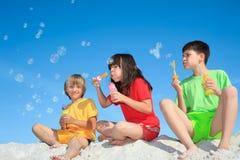 Niños que soplan burbujas Imagen de archivo libre de regalías