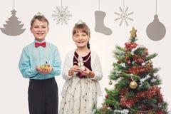 Niños que sostienen el postre de la Navidad Foto de archivo