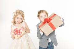 Niños que sostienen los regalos Imagen de archivo